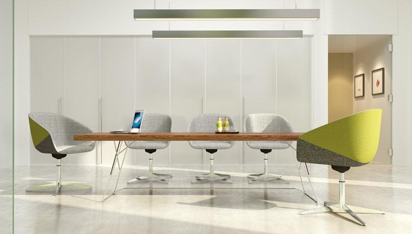 szare wnętrze konferencyjnego zszarymi fotelami przy stole zdrewnianym blatem