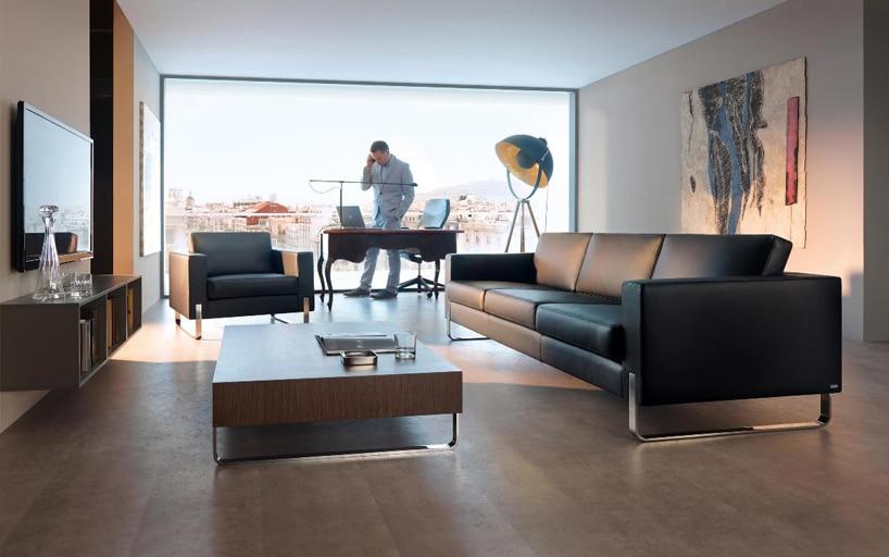 nowoczesne biuro zdyżym panoramicznym oknem zciemnymi meblami