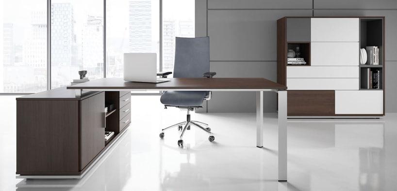 nowoczesne biurko ze srebrnym stelażem