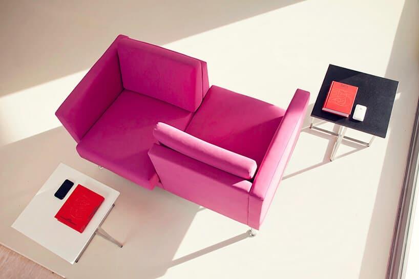 żarówiasta różowa kanapa wformie dwóch kwadratów połączonych ze sobą