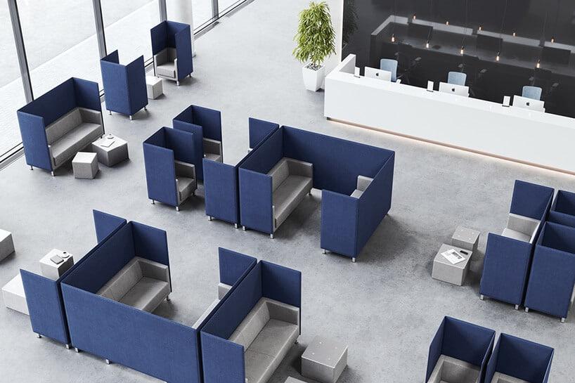 ciemno niebieskie kanapy wpoczekalni zjasnym wykończeniem środka