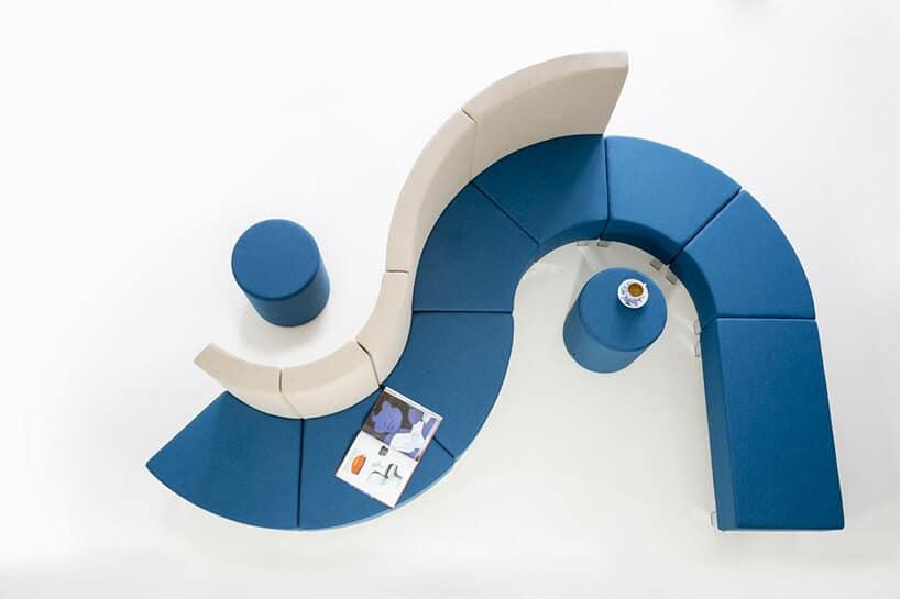 wygięte miejsce do siedzenia wkolorze jasno niebieskim oraz białym oparciem
