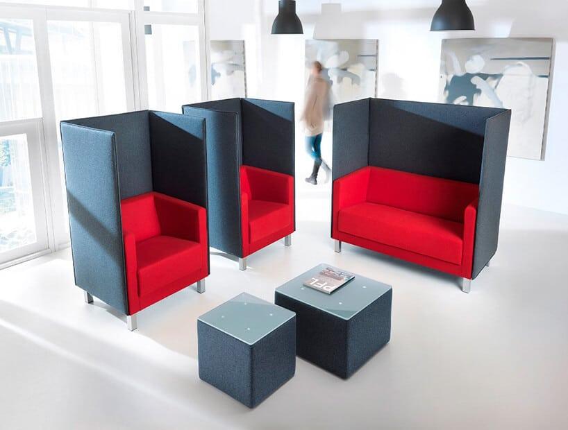 miejsca siedzące zwformie małych kanap wkolorze czerwonem iobiciem zewnętrznym wkolorze ciemno szarym