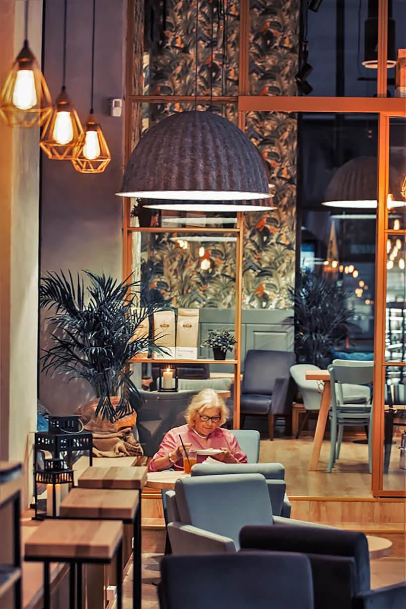 starsza kobieta siedząca przy stoliku wrestauracji