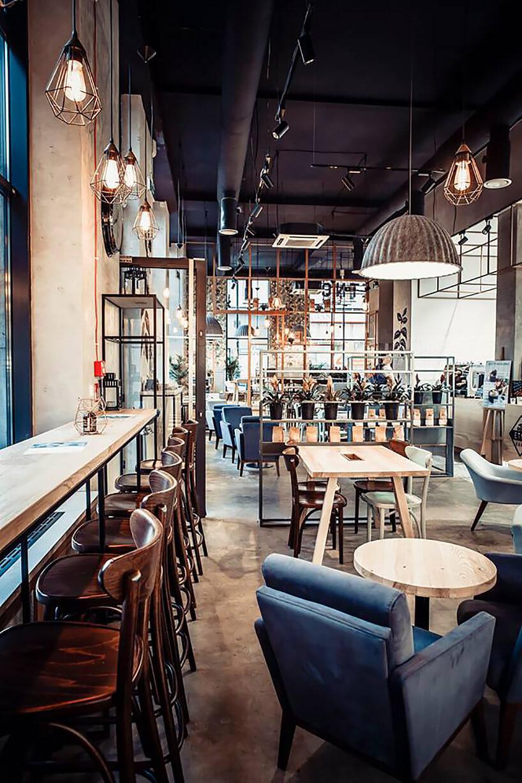 wnętrze restauracji zmałymi stolikami