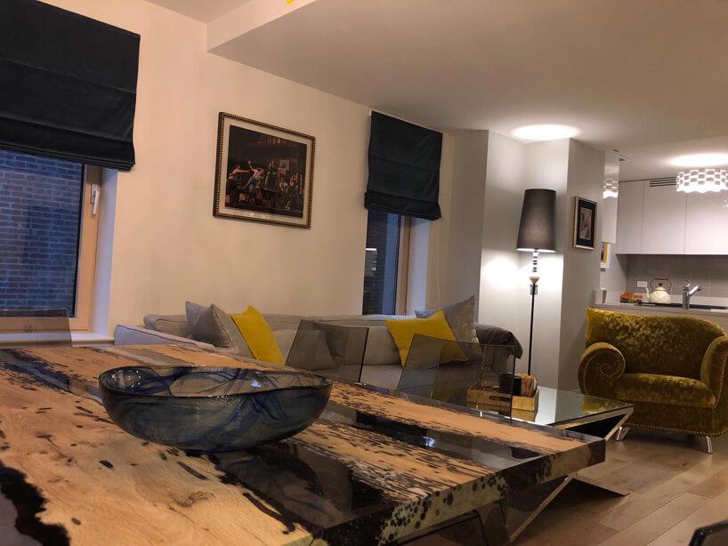 wnętrze zdużym stołem ze szklano-drewnianym blatem