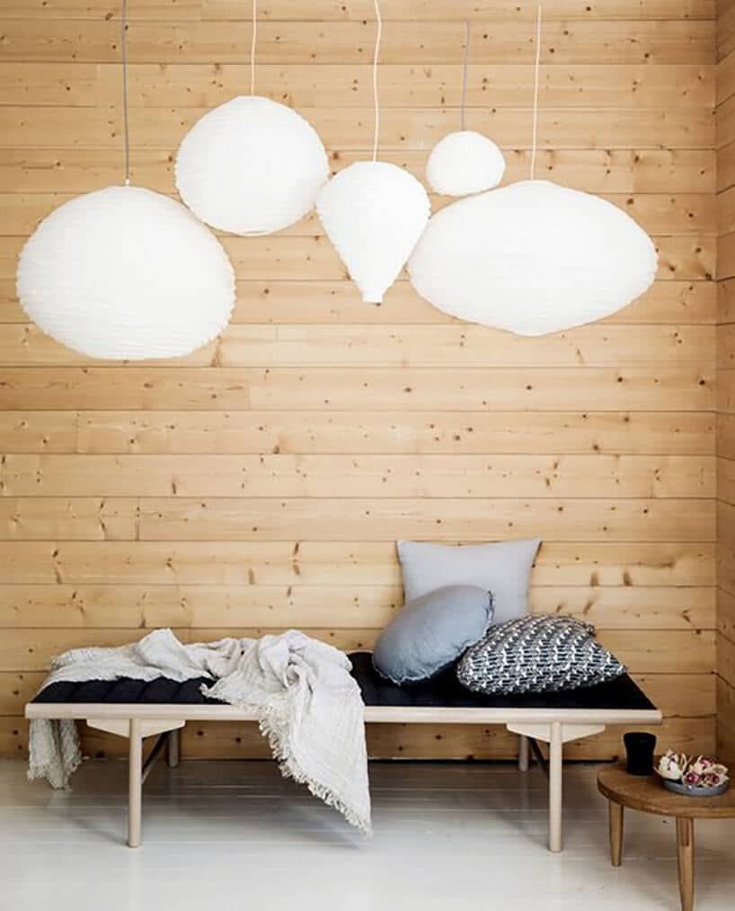 wiszące białe kule papierowe nad niską ławką zciemnym topem