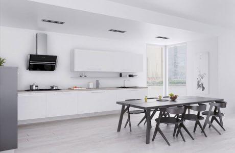 biała kuchnia z czarnym stołem i ciemnymi krzesłami
