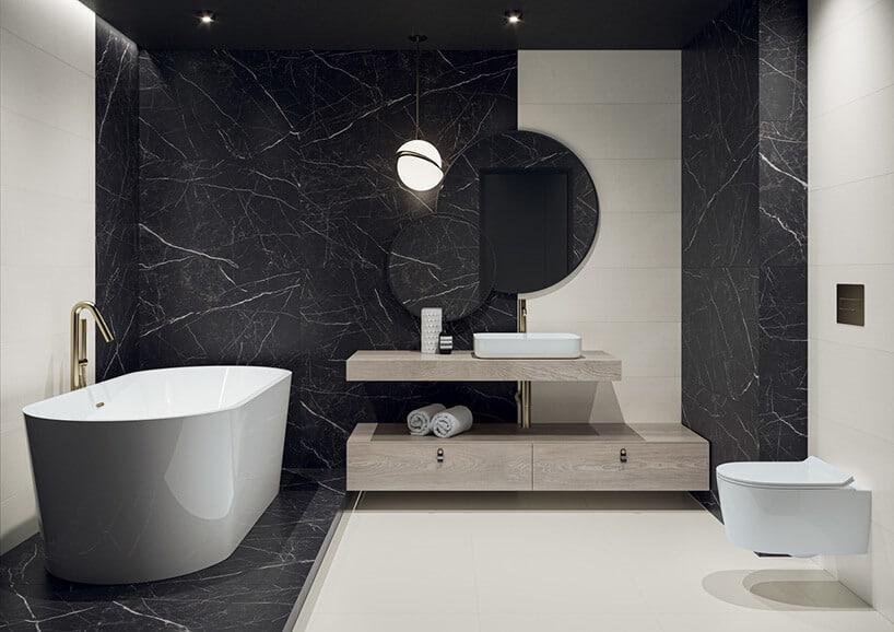czarno biała łazienka zwolnostojącą wanna iszeroką szafką