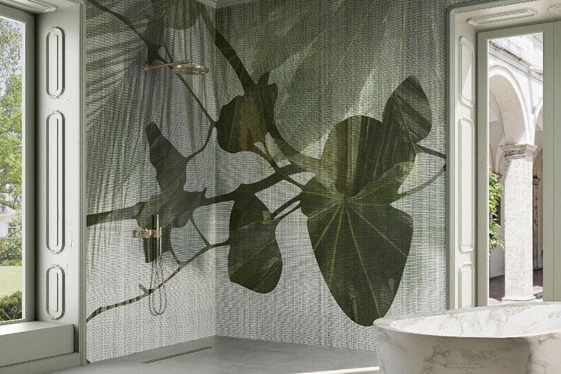 zielone liście na tapecie łazienkowej przy prysznicu