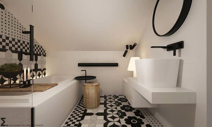 biała łazienka na poddaszu zczarnymi elementami