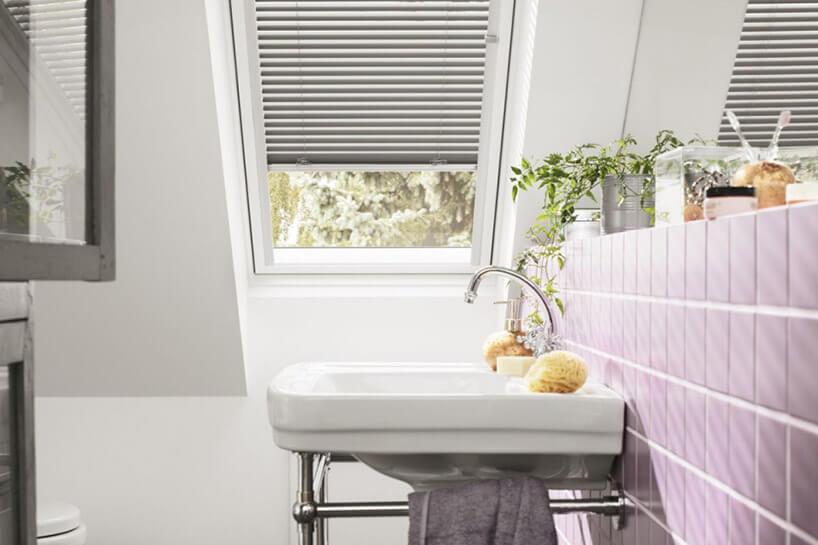 umywalka na stelażu na jasno fioletowej ścianie