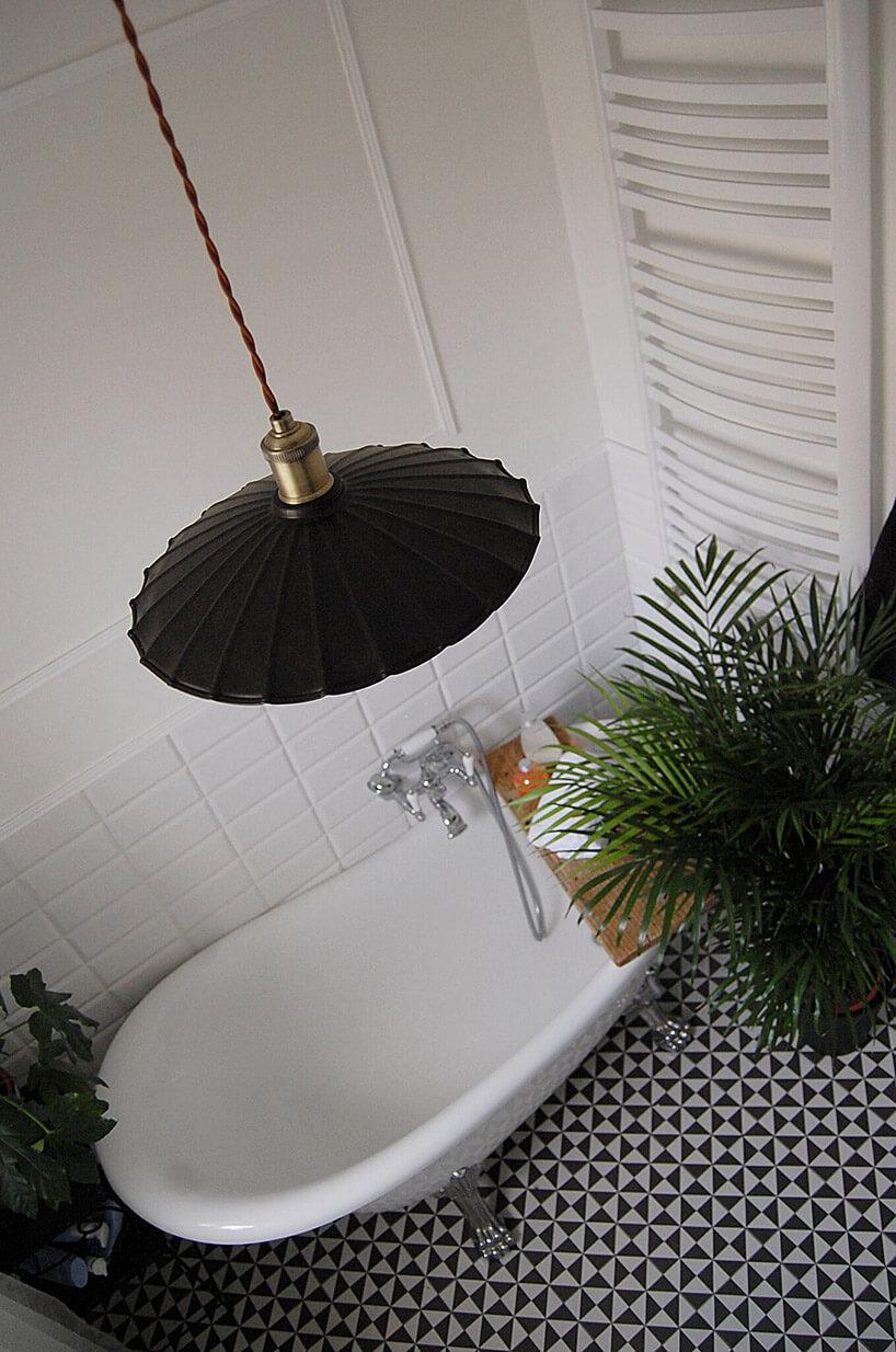 wanna wolnostojąca wmałej łazience zmozaikowa podłogą