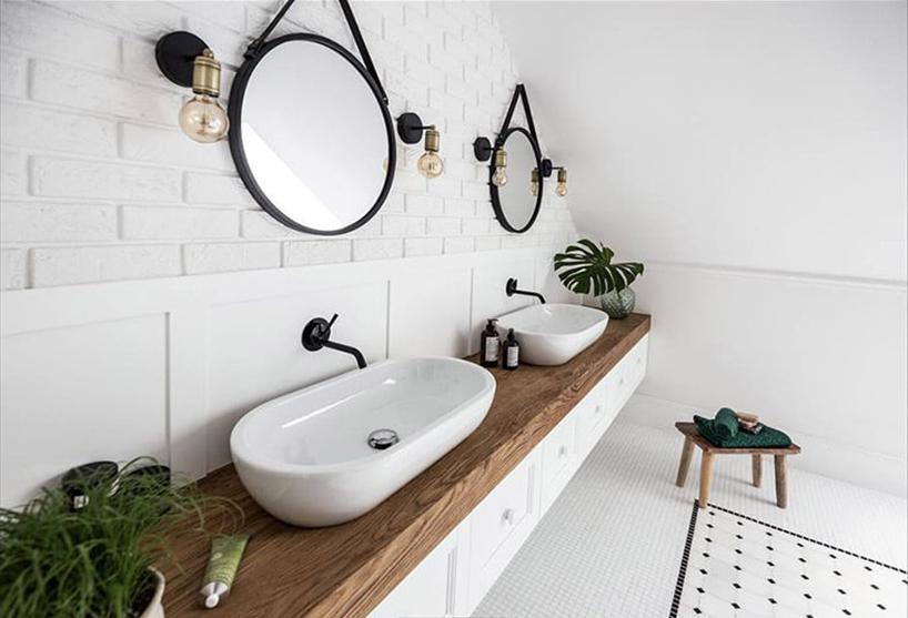 dwie umywalki na drewnianym blacie włazience na poddaszu
