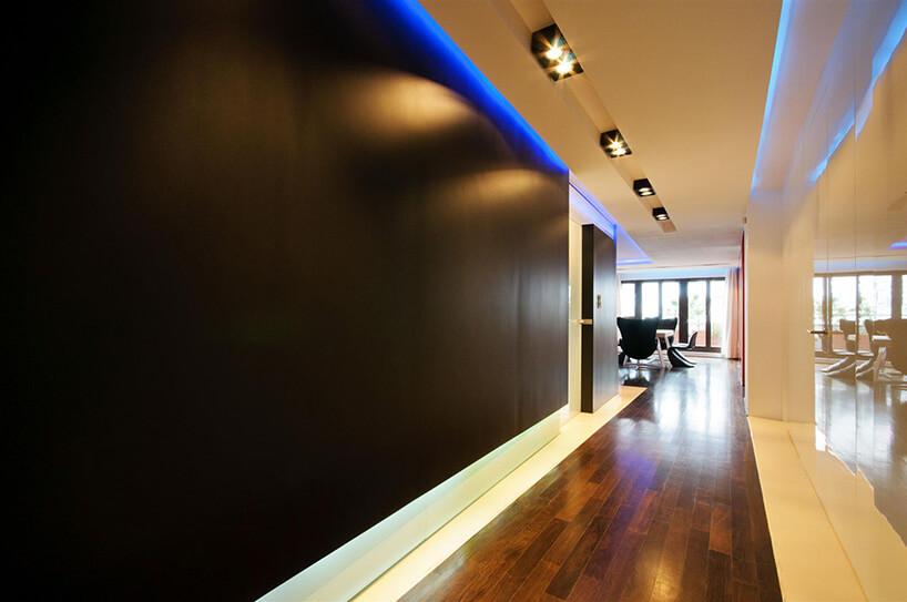 duży hol zciemną ścianą oraz podświetleniem