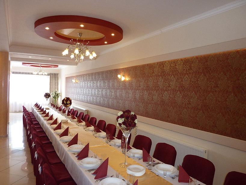 zdjęcie przygotowanej sali weselnej
