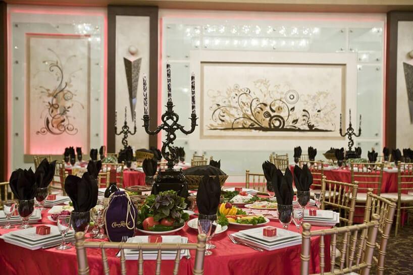 okrągłe stoły weselne zczerwonymi obrusami