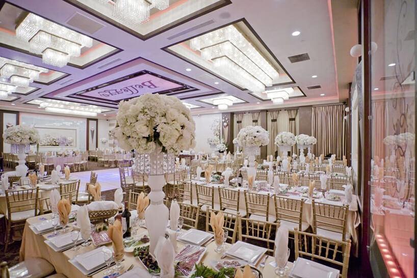 biała elegancka sala weselna znietypowym oświetleniem wsuficie