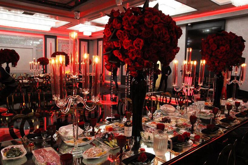 stoły na przygotowanej sali weselnej wczerwonych odcieniach