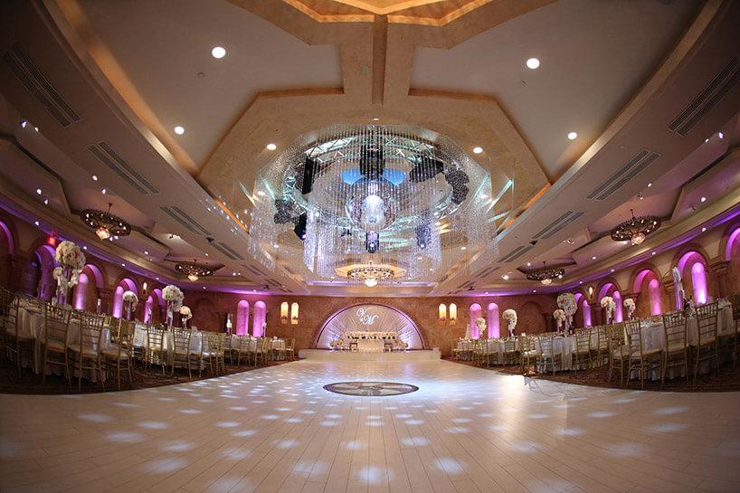 duży żyrandol weleganckiej sali weselnej