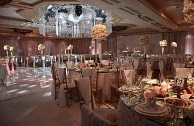 udekorowana i przygotowana sala weselna z centralnym dużym żyrandolem