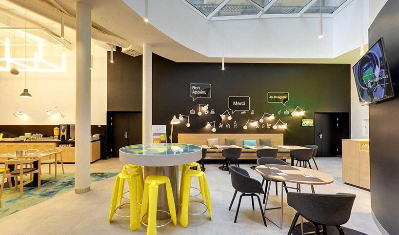 wnętrze kawiarni zbrązowymi ścianami