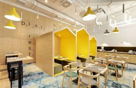 wnętrze restauracji z trzema zabudowanymi stolikami