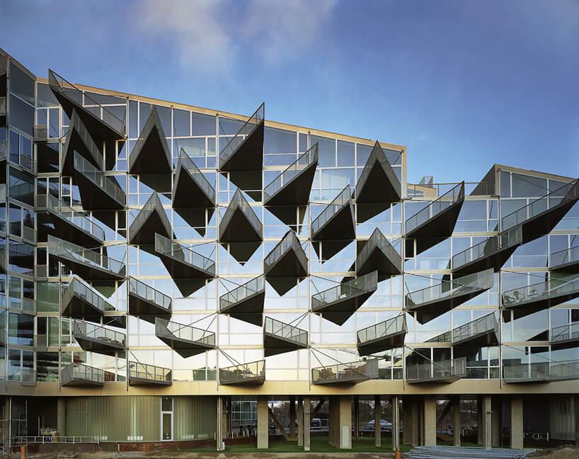 nowoczesna szklana fasad budynku ze spadzistym dachem