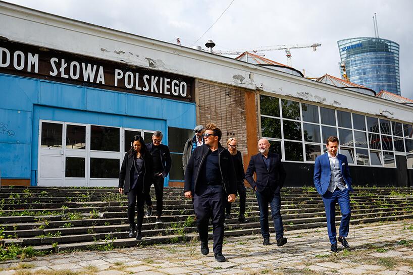 klika osób na tle starego budynku Dom Słowa Polskiego