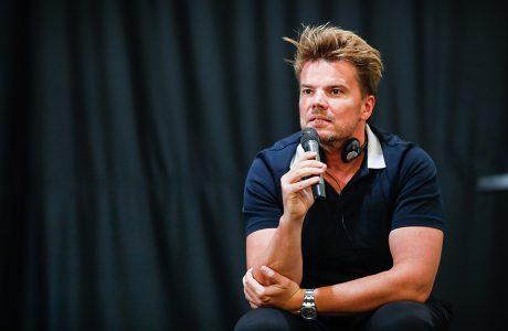zdjęcie architekta Bjarke Ingels z mikrofonem