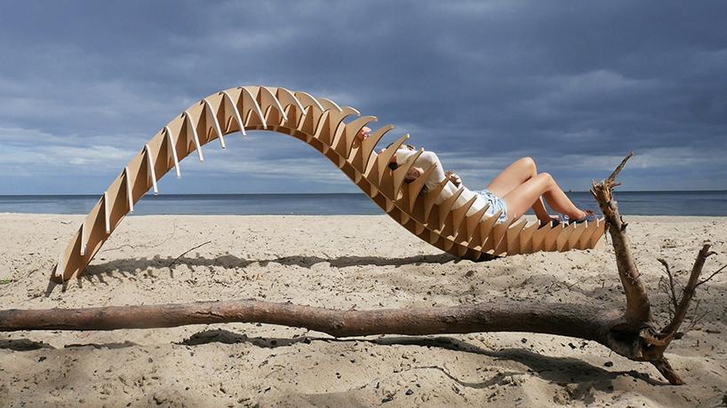 nietypowy projekt drewnianego siedziska na plaży