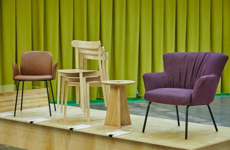 arena design 2020 - fioletowe krzesła na podeście z zieloną zasłoną w tle