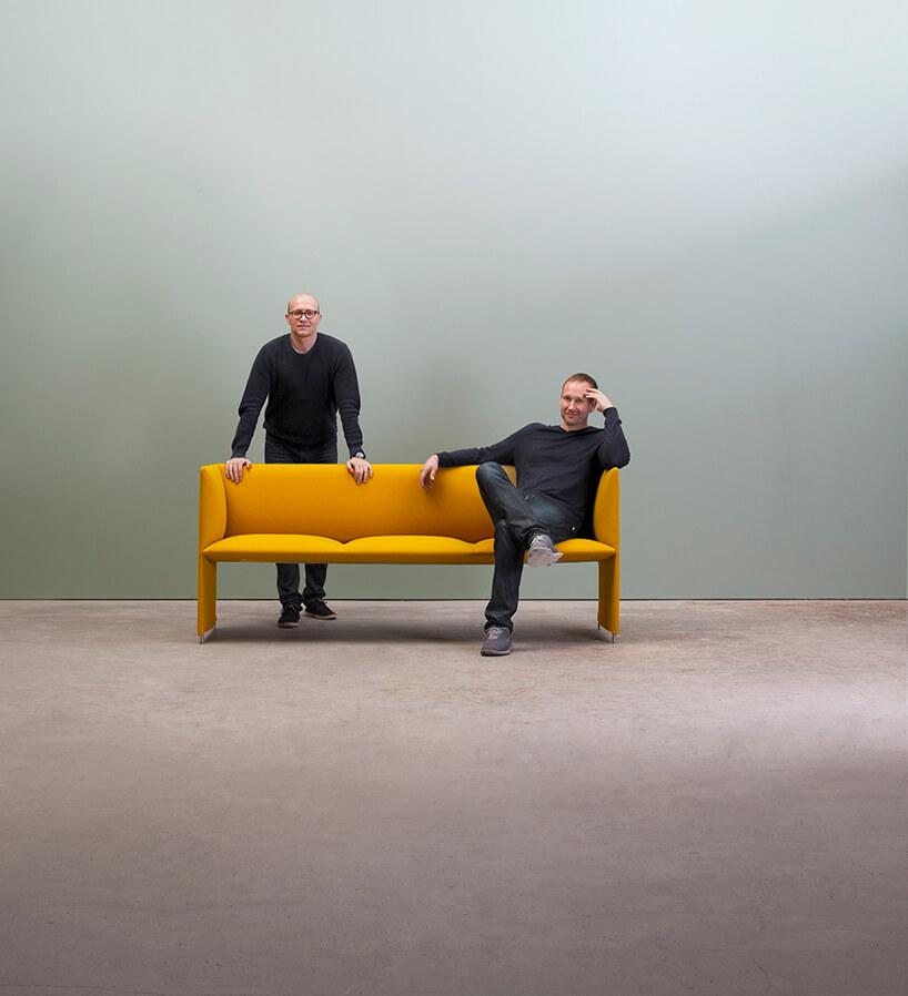 zdjęcie Mono Gul Torbjørn og Espen gości Arena Design 2020 dwóch mężczyzn siedzących na żółtej sofie