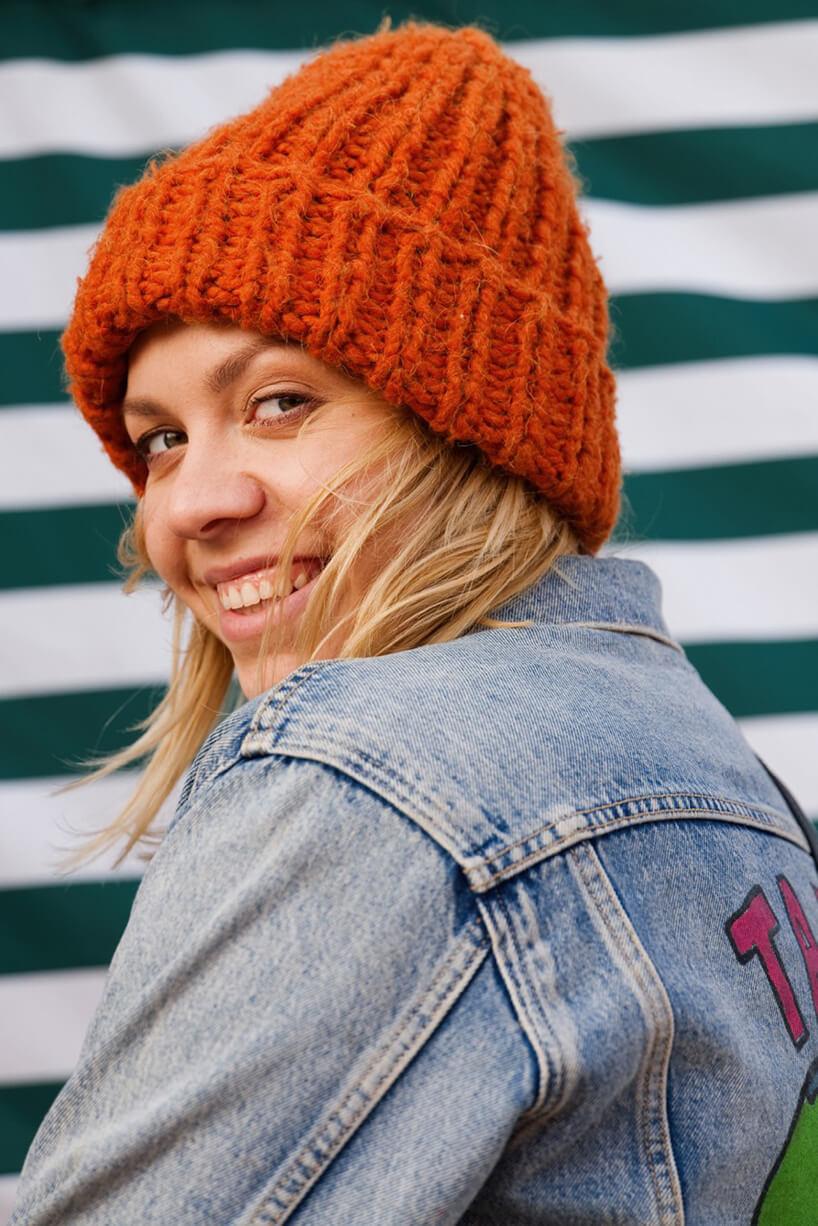 zdjęcie Arety Szpury wjeansowej kurtce wczerwonej czapce
