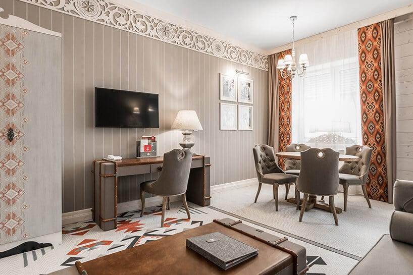 nowoczesne wnętrze hotelowe zdrewniano-materiałową konstrukcją biurka