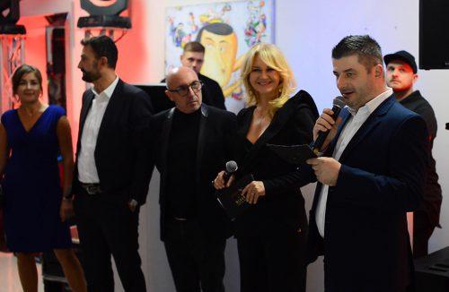 klika osób podczas wieczoru włoskiego designu w galerii Heban