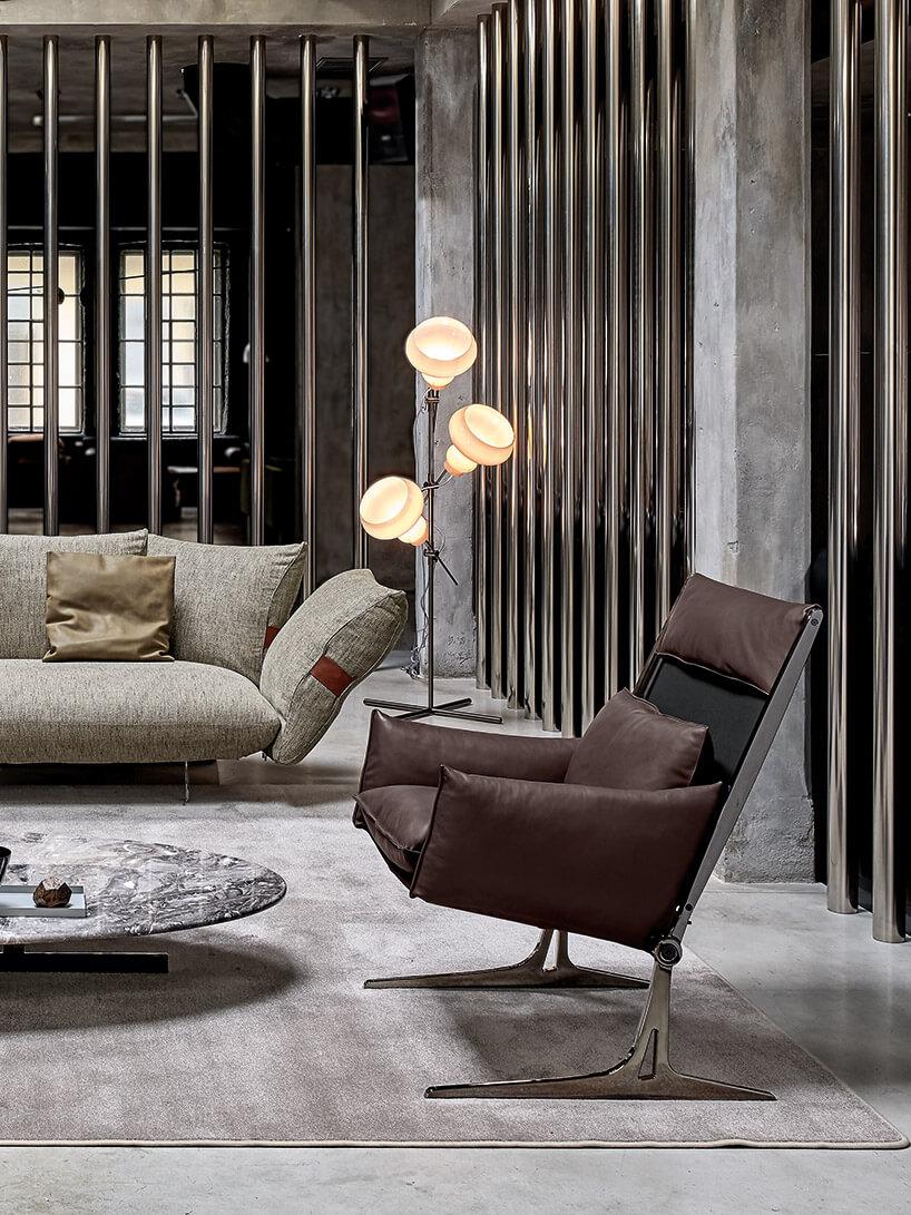 brązowy fotel iszara kanapa nszarym dywanie