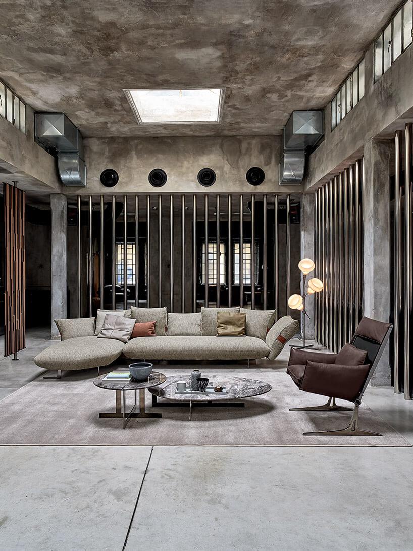 szara kanapa brązowy fotel na szarym dywanie