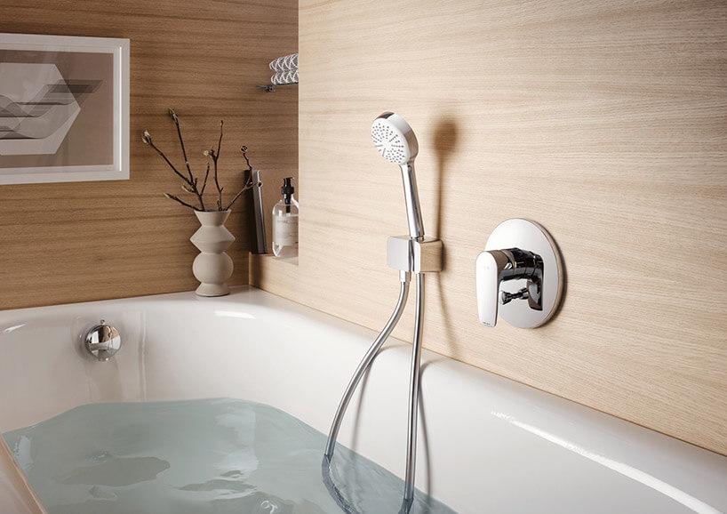 armatura łazienkowa znatryskiem wścianie