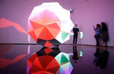duża świecą instalcja w kształcie kuli z wpustkami