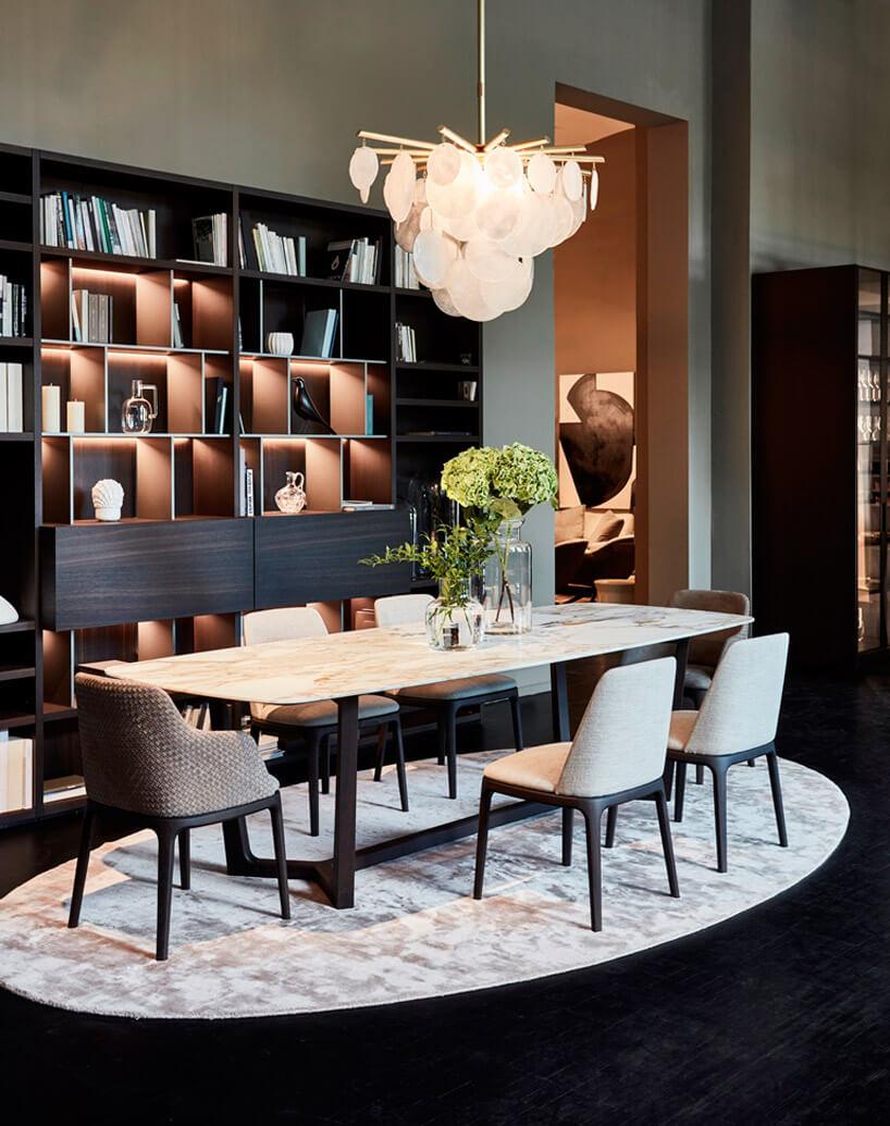 białe krzesła obok drewnianego na dywanie