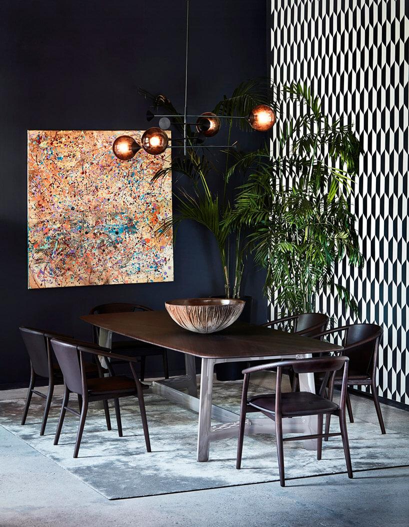 obraz wkropki przy drewnianym ciemnym stole