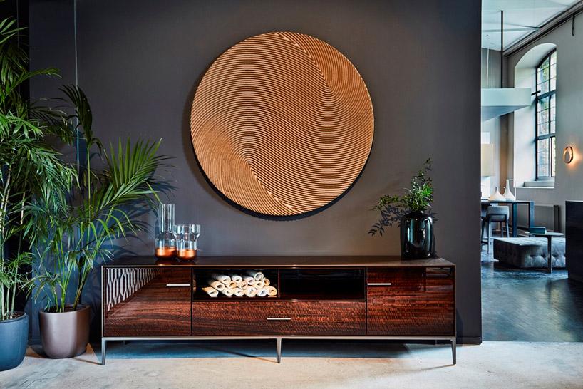 drewniane koło na jednolitej szarej ścianie