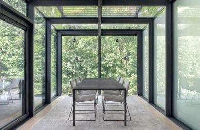 minimalistyczny nowoczesny przeszklona jadalnia od BAJERSOKÓŁ team z widokiem na ogród