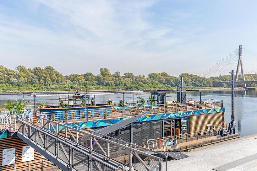 Przystań Nowa Fala na Wiśle od Five Cell widok na barkę zpomostu na tle drugiego brzegu rzeki