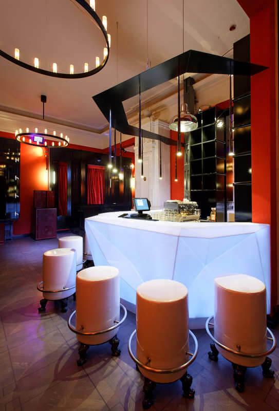 oświetlony biały bar