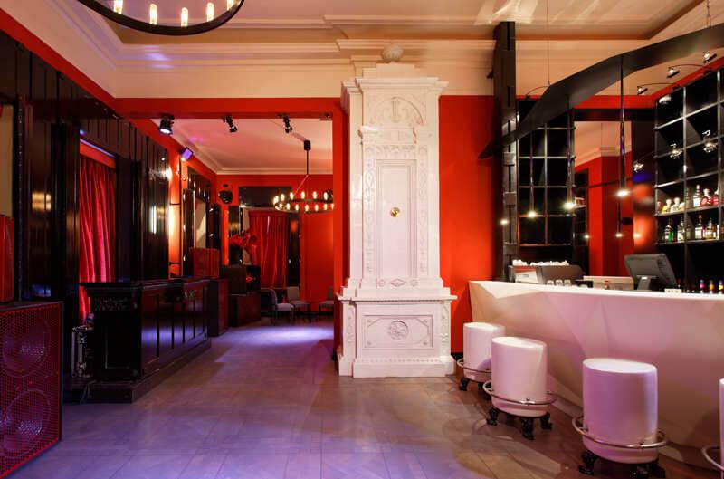czerwone ściany zbiałym kominkiem