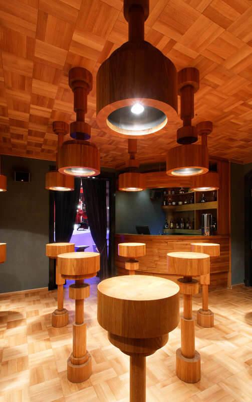 drewniane lampy oraz sufit