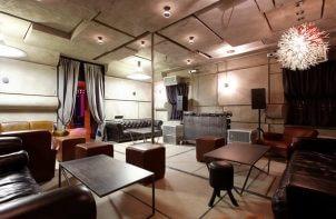 wnętrze baru w stylizacji studia nagrań