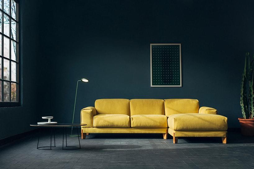 ciemne wnętrze zdużą żółtą kanapą